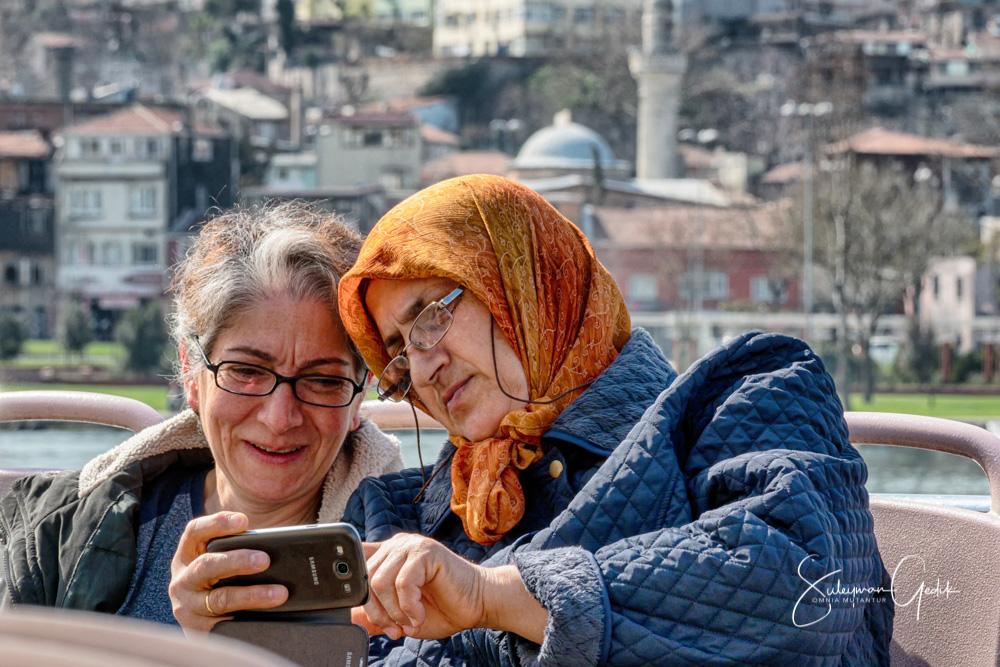 Haliç Istanbul Turkey Street Women Mobil